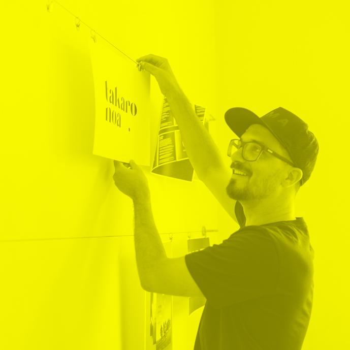 Tim Hüfner als Creative Director bei der port-neo GmbH bei der Gestaltung des Corpoate Designs für takaro noa.